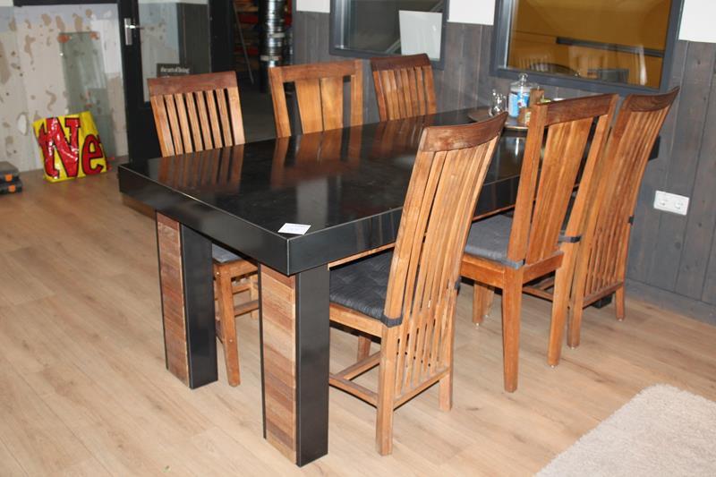 Compleet Eettafel Met 6 Stoelen.Houten Eettafel Met Metalen Ombouw Compleet Met 6 Houten Stoelen
