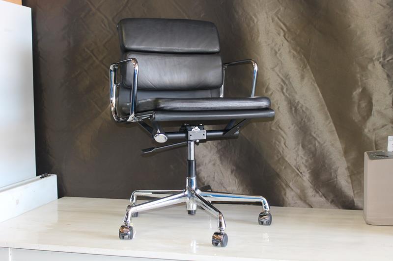 Charles Eames Vitra Bureaustoel.Lederen Bureaustoel Vitra Charles Eames Met Lage Rug En Dik Kussen