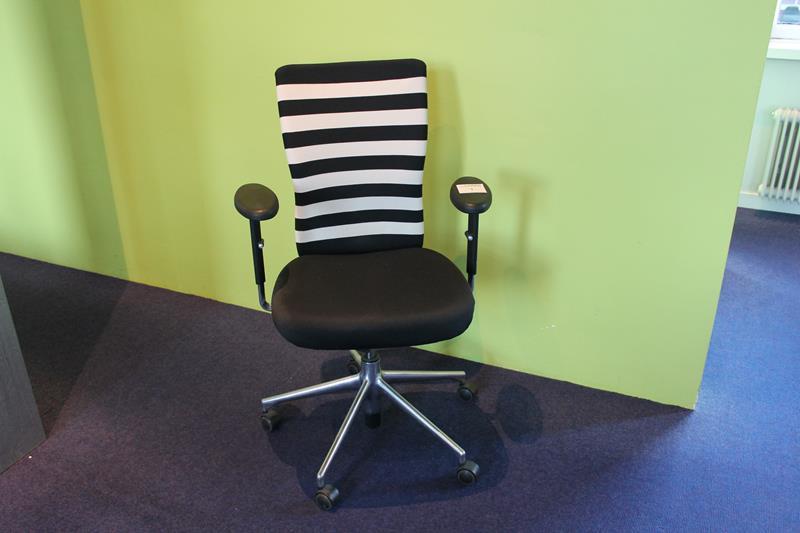 Design Bureaustoel Wit.Design Bureaustoel Vitra T Chair Met Armleuningen Zwart Wit