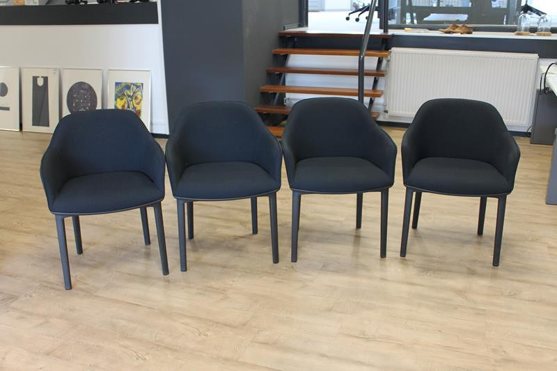 8 Zwarte Design Stoelen.Vier Designstoelen Vitra Softshell Chair Met Zwarte Bekleding